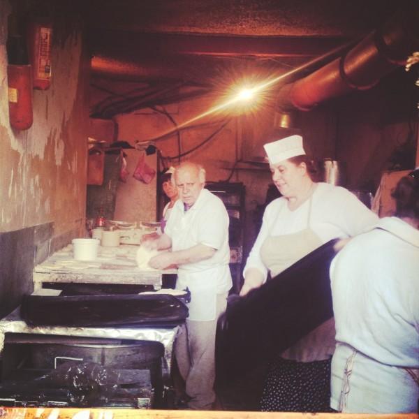 Piekarnia najlepszego chaczapuri, przy kuchennym blacie sam mistrz