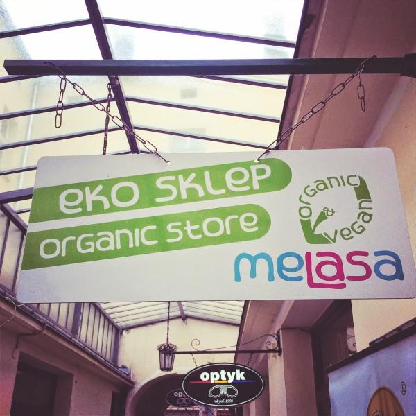 Wejście do sklepu Melasa ukrytego w bramie przy ulicy Dietla