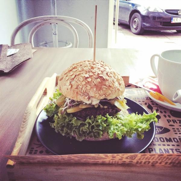 Burger z kotletem z komosy z majonezem i awokado