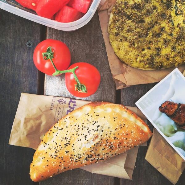 Pieróg z bakłażanami i pomidorami oraz niezawodna pita z zaata'rem