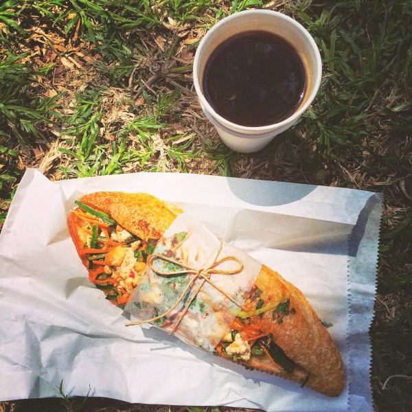 Lunchowa kanapka z warzywami, tofu, ziołami i masłem orzechowym