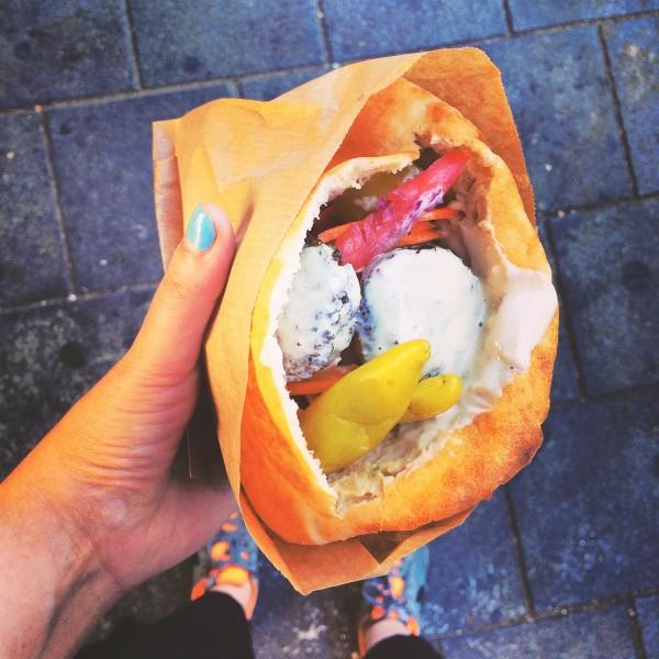 Pita zjedzona w Jaffo, w środku falafel, tahina, pomidory, ogórki i ostre papryczki