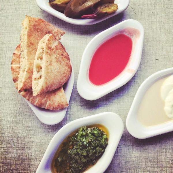 Słodki sos pomidorowy, ostra salsa z papryczek, świeże pity i wspaniała tahina