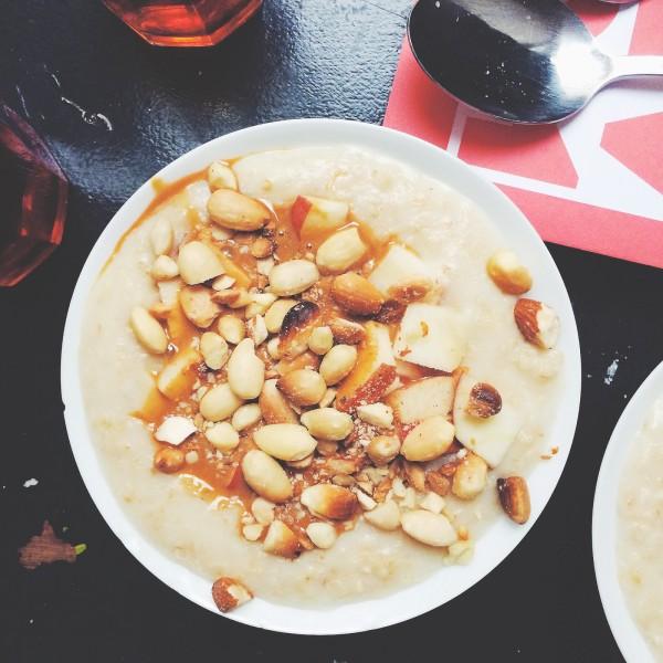 Owsianka na mleku ryżowym z karmelem, orzechami i jabłkiem