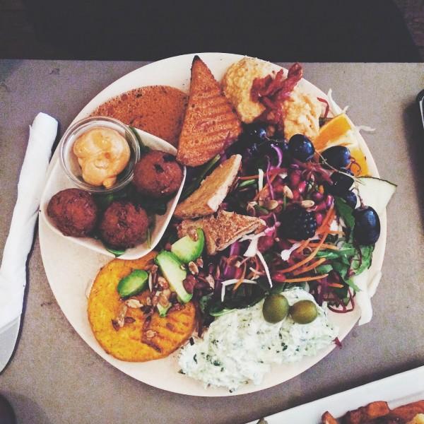 Lunch dnia w Café N - omlet z tofu, arrancini, plastry tofu oraz tempehu w mnóstwem surówek