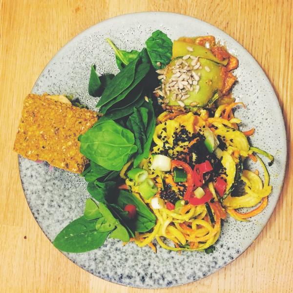 Talerz przekąsek - kanapka z awokado, witariańskie spaghetti z cukinii z curry oraz kawałek lasagne z cukinii z suszonymi pomidorami