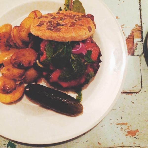 Wegański burger z pieczonymi ziemniakami, paprykową salsą i świeżą miętą