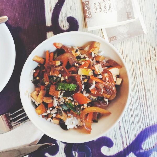 Śniadaniowa miseczka ryżu z warzywami i tofu, Zoe Food