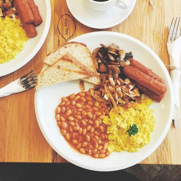 Vegan English Breakfast – tofucznica, fasolka w sosie pomidorowym, smażone pieczarki, sojowe kiełbaski oraz chrupiące czipsy kokosowe