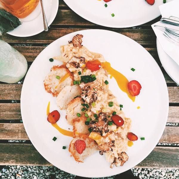 Bezglutenowe placuszki ryżowe, pieczony kalafior i sos mango