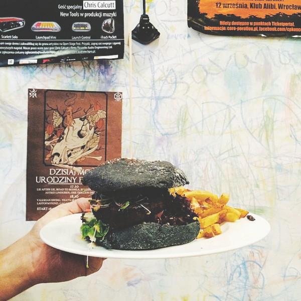 Burger w czarnej bułce z seitanem i sosem śliwkowym