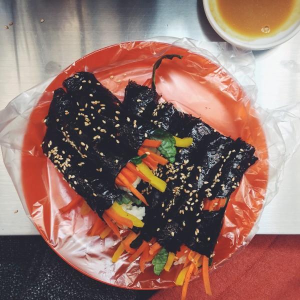 Kimbap z surowymi warzywami