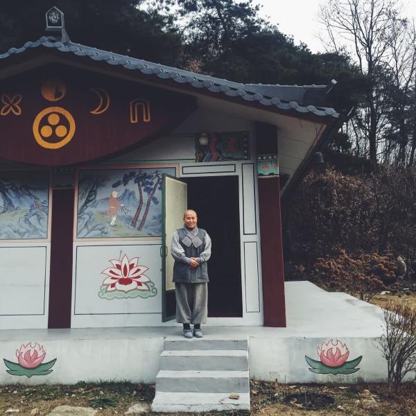 Oto Wook Wan, jedna z najsłynniejszych gotujących mniszek w Korei, która zgodziła się mnie przyjąć i gotować ze mną sam na sam w swojej kuchni