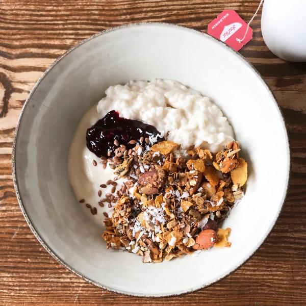 Śniadanie w Michelberger – roślinny jogurty i kokosowy pudding ryżowy