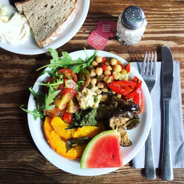 Słone śniadanie w Michelbergerze – pieczona dynia z szałwią, ciecierzyca z pepproncini i ich cudowne, wegańskie masełko w tle