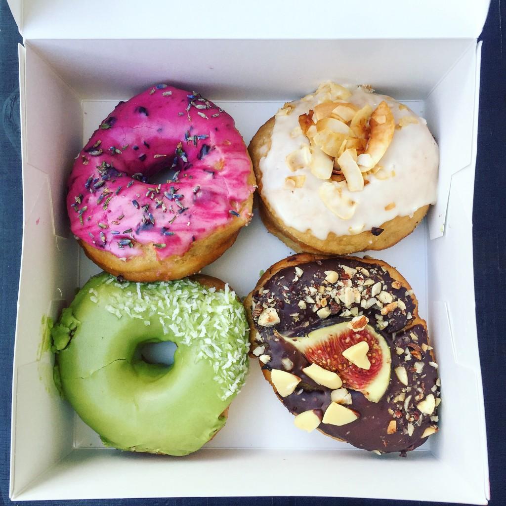 Tych donutów chyba przedstawiać nie trzeba – nazdjęciu burak zlawendą, kokosowy bekon, matcha igorzka czekolada zfigą.