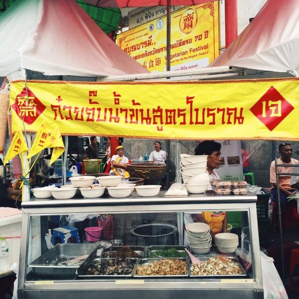 Stoisko zjedną znajlepszych festiwalowych zup - zgrzybami, tofu puffs iryżowymi kluseczkami