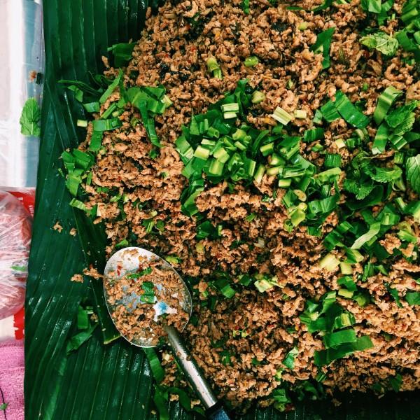 Cudo, czyli wege larb. Mielone grzyby smażone zchili, szalotką zdodatkiem limonki, mięty iszczypioru