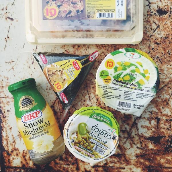 Zakupy w 7/11 – napój z grzybów, onigiri z obłędnymi grzybami teryiaki, deser kokosowy z kukurydzą, deser z fasoli oraz smażony ryż z grzybami