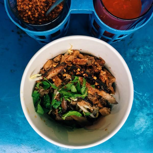 Zupa, nad którą prawie płakałam ze szczęścia: trzy rodzaje grzybów, chrupiące bakłażany i ryżowe kluseczki