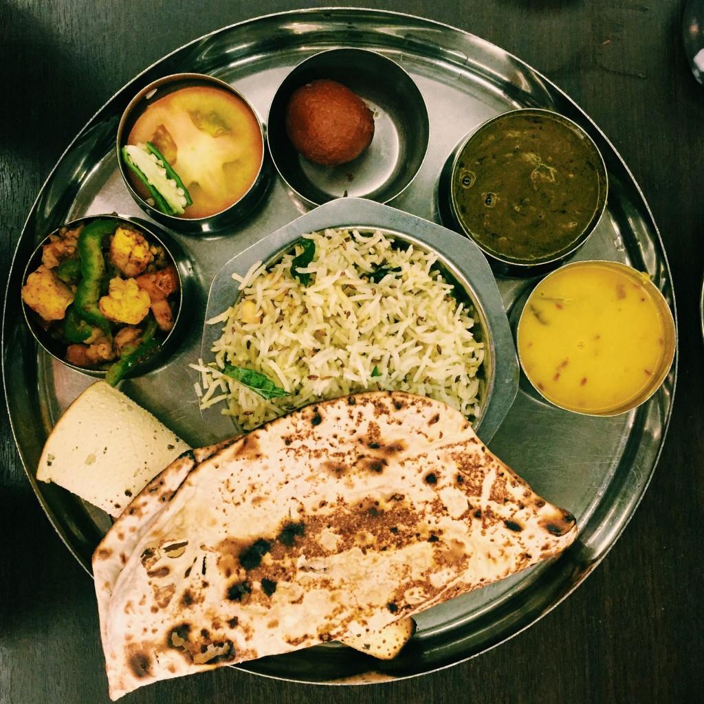 Wegan thali – ryż zzielonym chili inerkowcami, dhal soczewicowy, bakłażany wkolendrze