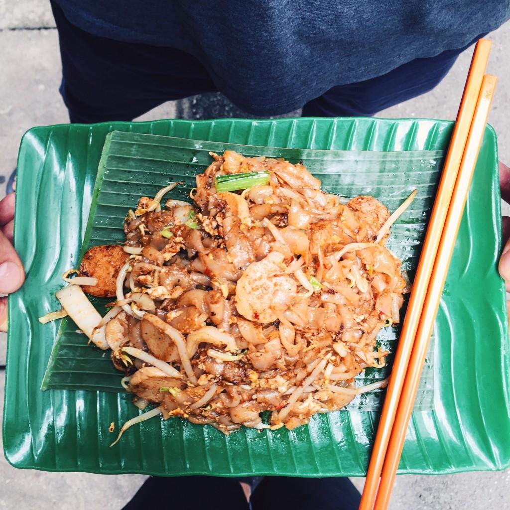 Char kway teow, czyli makaron ryżowy, orzeszki, ryżowe kluseczki orazkiełki