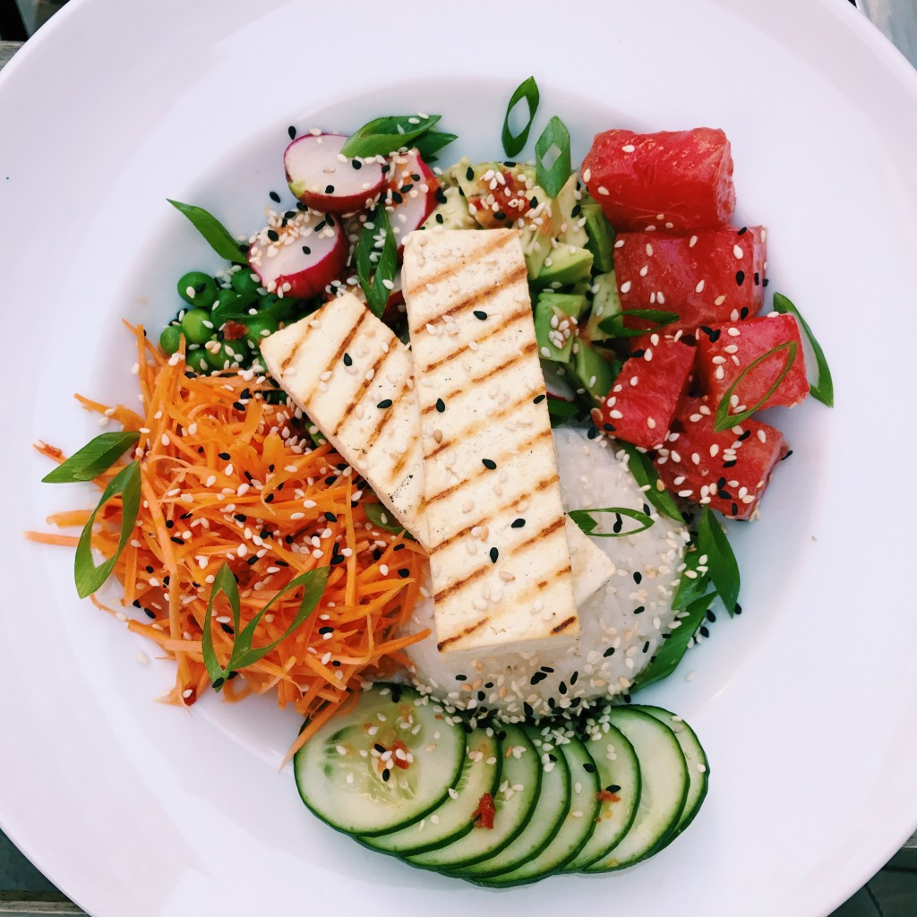 Letni obiad wŻyznej – sezamowa marchewka, zielony groszek, awokado, tofu orazwspaniały, marynowany arbuz.