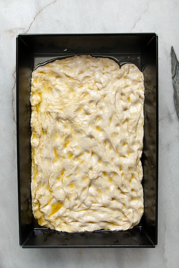 rozciągnięte ciasto przygotowane na drugie wyrastanie