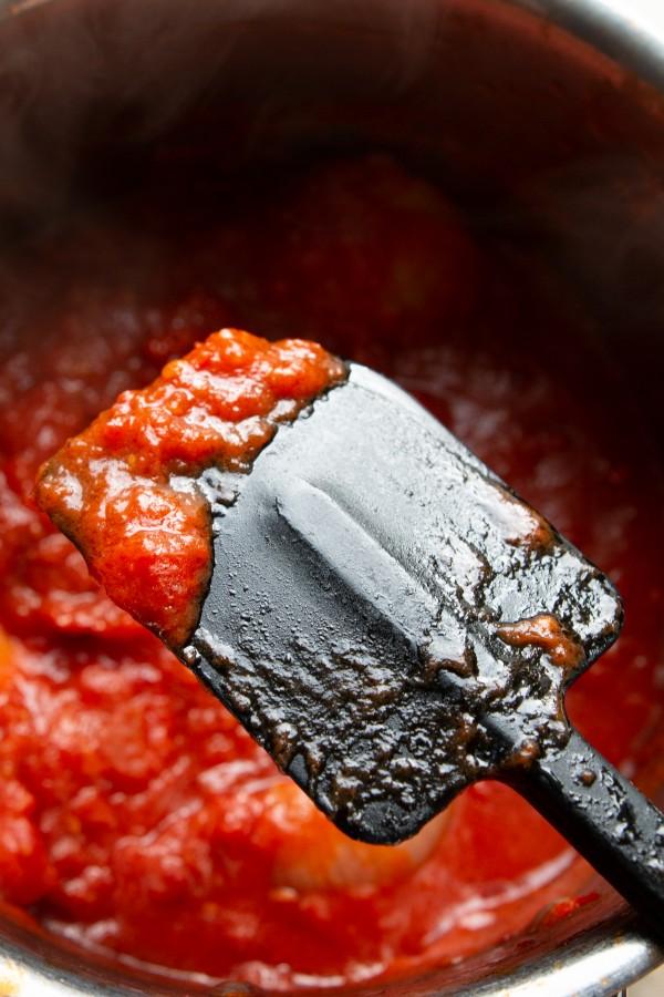 Zbliżenie na zredukowany sos – dżemowy, pachnący i umamiczny