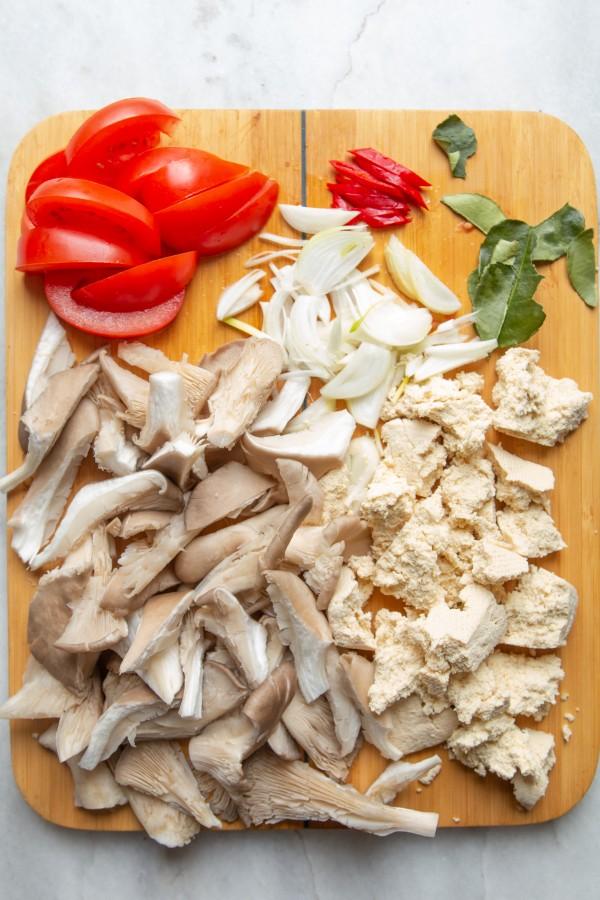 W czasie gdy trawa aromatyzuje mleko, pokroić wszystkie składniki zupy